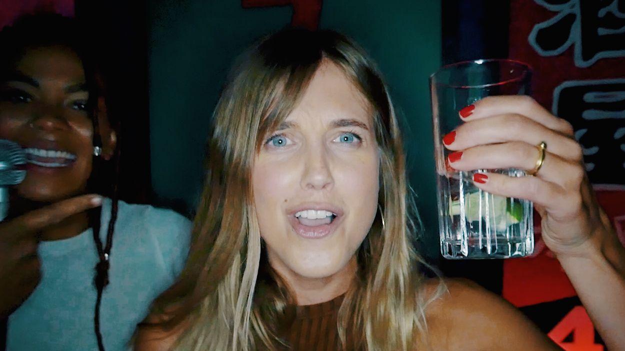Afbeelding van Nellie is lam in een karaokebar   Drugslab