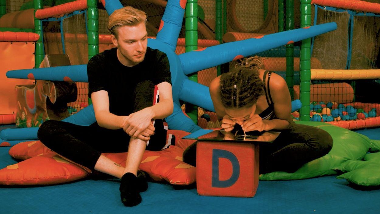 Afbeelding van Dzifa neemt Ketamine in een speelparadijs   Drugslab