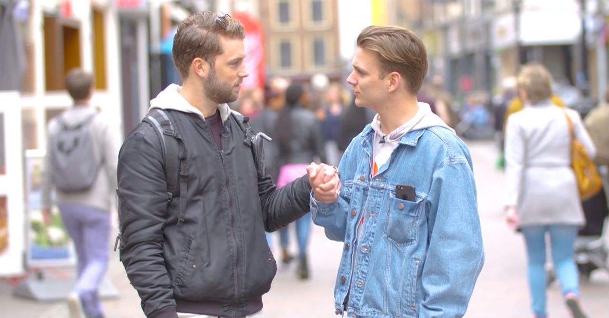 Afbeelding van VIDEO: Dit gebeurt als mannen hand in hand lopen