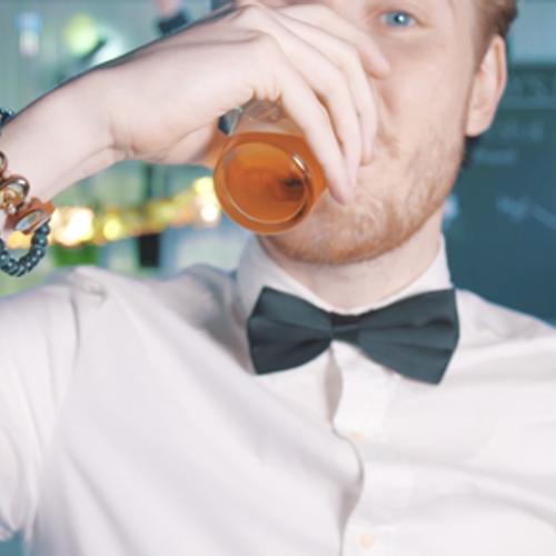 Afbeelding van Drugslab - Bastiaan drinkt alcohol
